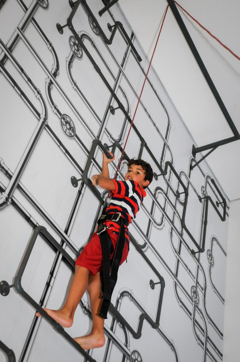 escalando a parede no Buffet Fantastic World, Morumbi São Paulo, Festa Infantil, aniversário de Jean Gabriel 8 anos, tema da festa Poke Mon