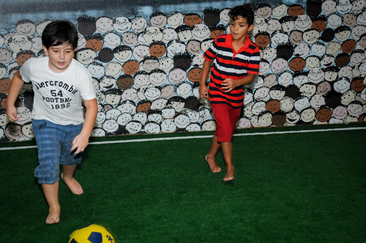 os jogadores correm muito no campo de futebol no Buffet Fantastic World, Morumbi São Paulo, Festa Infantil, aniversário de Jean Gabriel 8 anos, tema da festa Poke Mon
