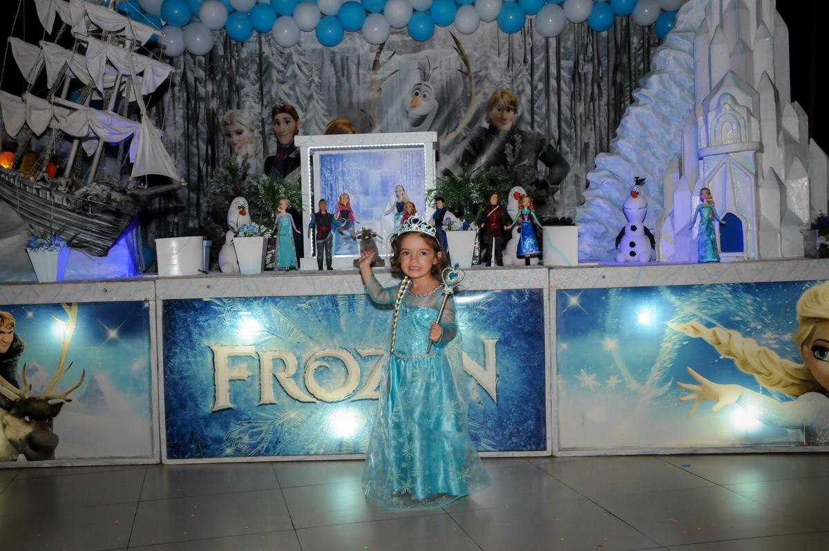 aniversariante com a fantasia da frozen no Buffet Planeta Prime, Alphaville, SP, festa intantil, tema frozen, Gabriela 3 aninhos
