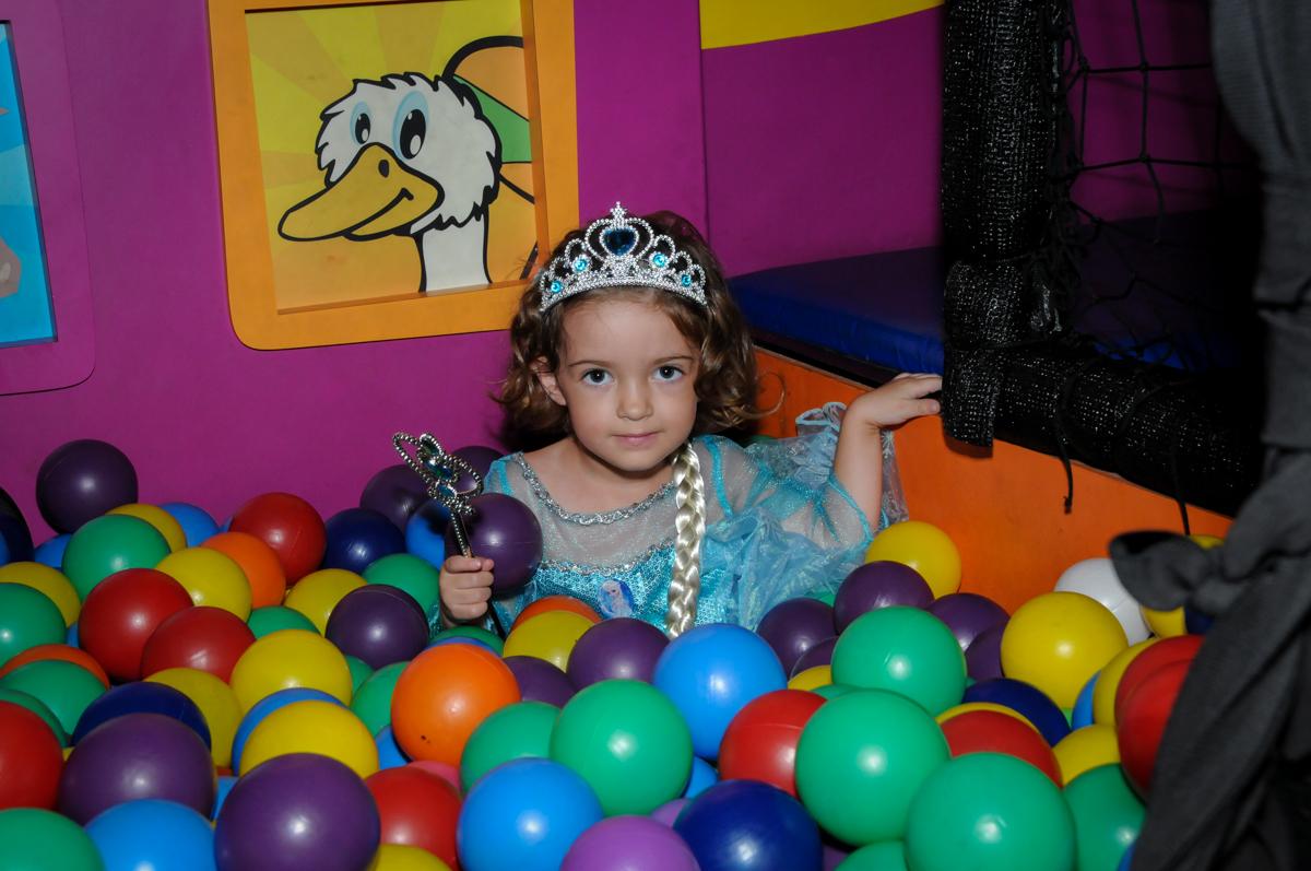 brincando na piscina de bolinha no Buffet Planeta Prime, Alphaville, SP, festa intantil, tema frozen, Gabriela 3 aninhos