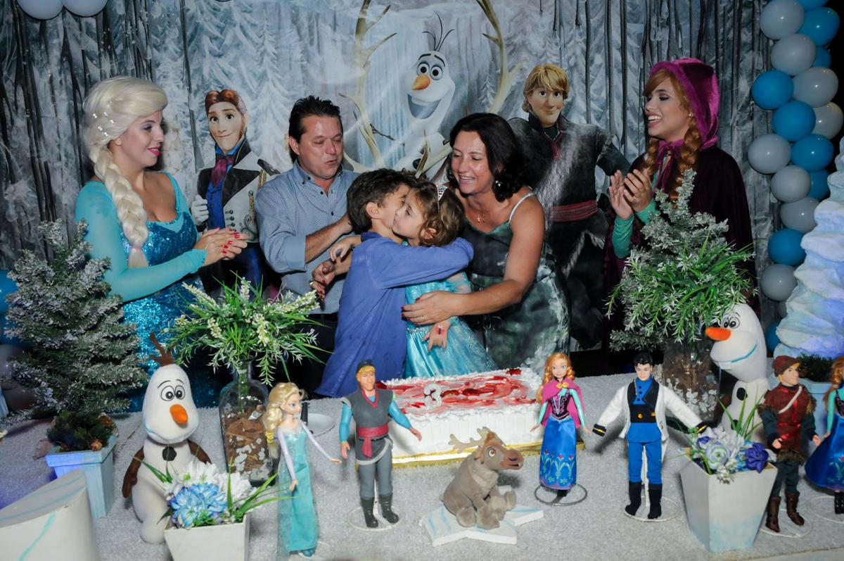 abraço do irmão na hora do parabéns no Buffet Planeta Prime, Alphaville, SP, festa intantil, tema frozen, Gabriela 3 aninhos