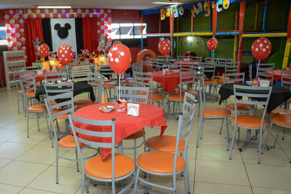 Fotografia do salão enfeitado com bexigas na Festa infantil, Ana Clara 2 aninhos, tema da festa Minie Vermelha, Buffet Balão Mágico, Osaco, SP