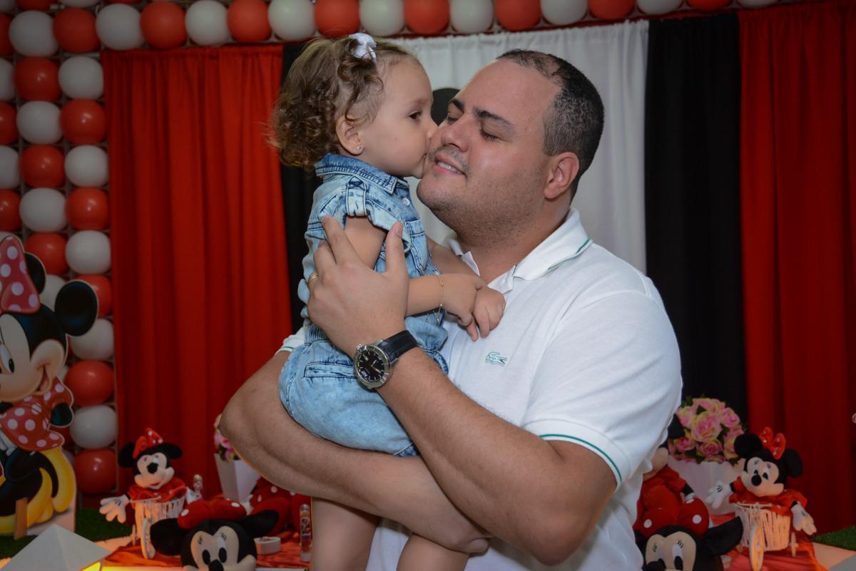 carinho gostoso do papai na Festa infantil, Ana Clara 2 aninhos, tema da festa Minie Vermelha, Buffet Balão Mágico, Osaco, SP