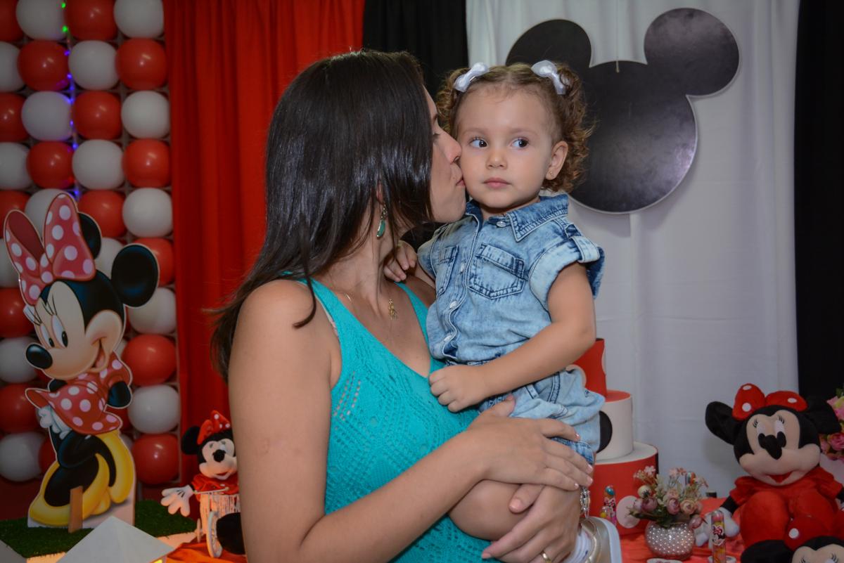 ganhando beijinho da mamãe na Festa infantil, Ana Clara 2 aninhos, tema da festa Minie Vermelha, Buffet Balão Mágico, Osaco, SP