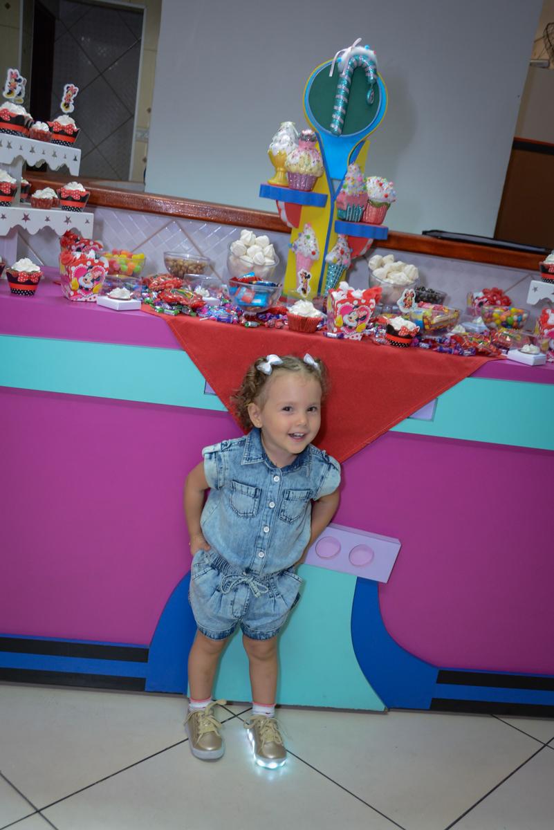 carinha sapeca da aniversariante na Festa infantil, Ana Clara 2 aninhos, tema da festa Minie Vermelha, Buffet Balão Mágico, Osaco, SP