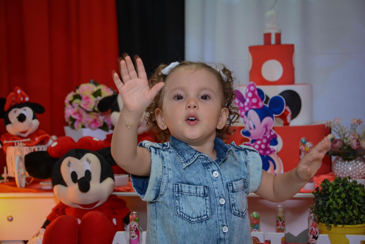hora de começar as brncadeiras na Festa infantil, Ana Clara 2 aninhos, tema da festa Minie Vermelha, Buffet Balão Mágico, Osaco, SP
