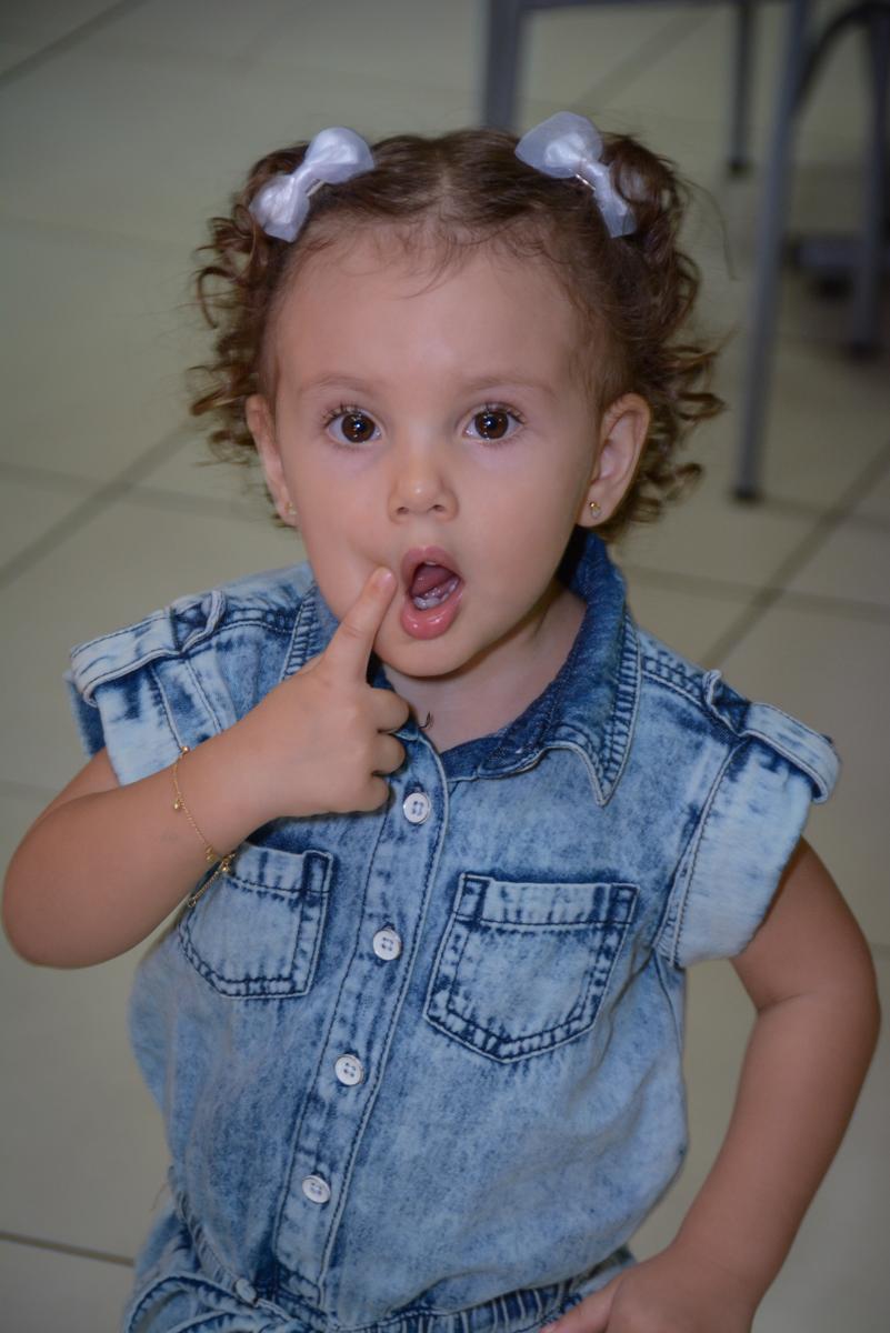 foto com dedinho na boca na Festa infantil, Ana Clara 2 aninhos, tema da festa Minie Vermelha, Buffet Balão Mágico, Osaco, SP