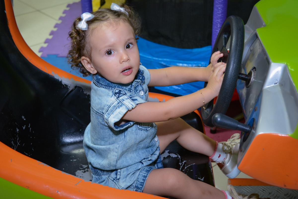posando para fotografia no carrinho de corridas no Festa infantil, Ana Clara 2 aninhos, tema da festa Minie Vermelha, Buffet Balão Mágico, Osaco, SP