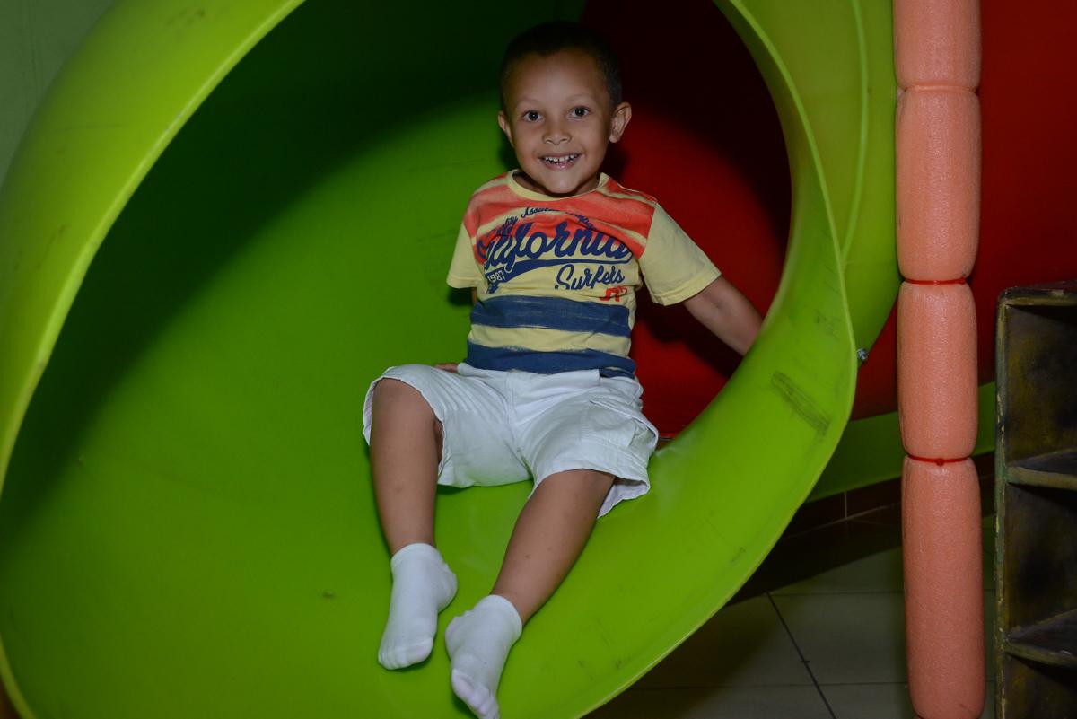 amiguinho brinca no brinquedão no Festa infantil, Ana Clara 2 aninhos, tema da festa Minie Vermelha, Buffet Balão Mágico, Osaco, SP