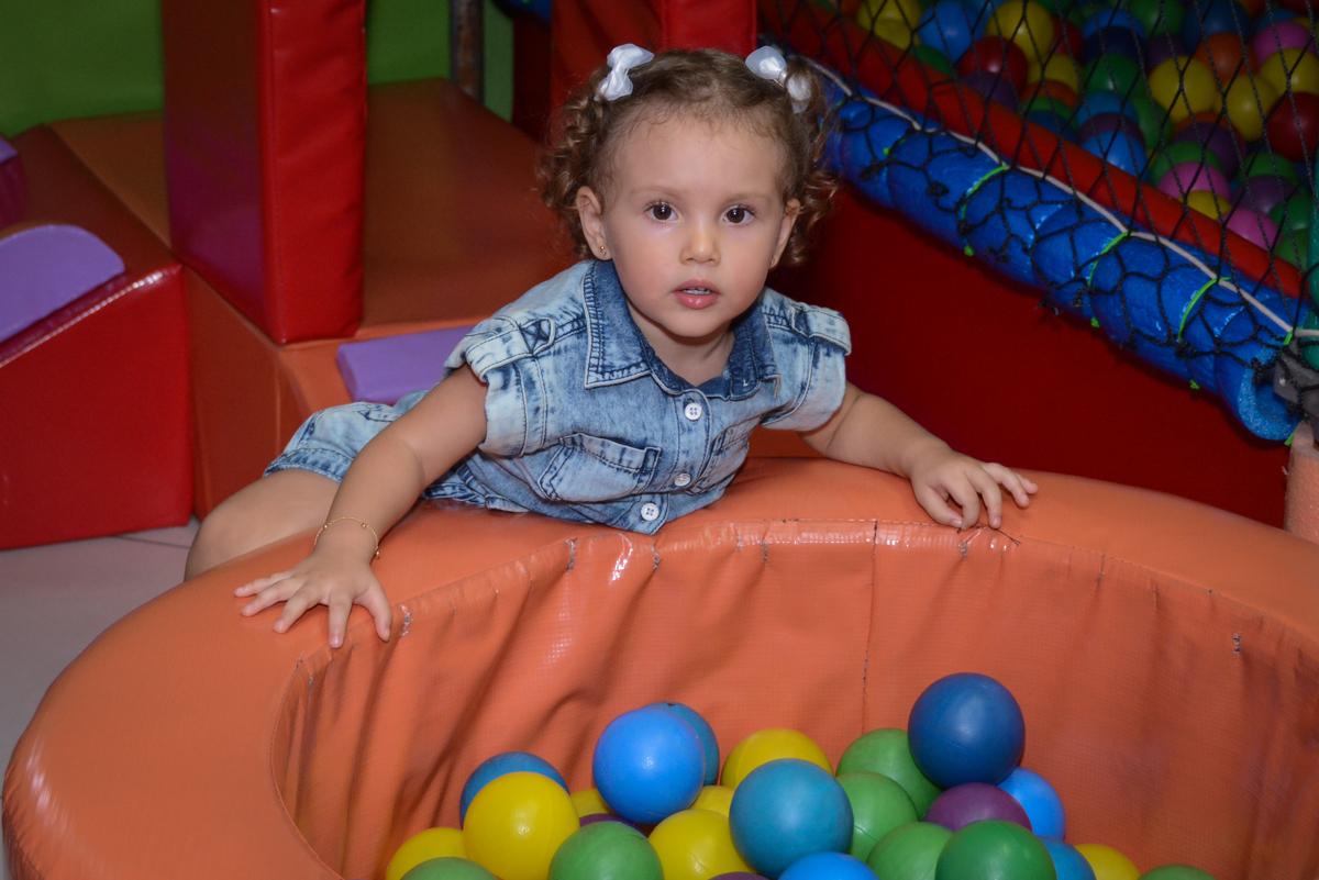 bagunça na piscina de bolinhas na Festa infantil, Ana Clara 2 aninhos, tema da festa Minie Vermelha, Buffet Balão Mágico, Osaco, SP