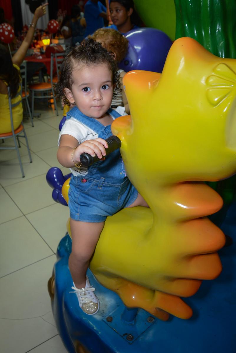 A convidada se diverte no carrossel na Festa infantil, Ana Clara 2 aninhos, tema da festa Minie Vermelha, Buffet Balão Mágico, Osaco, SP