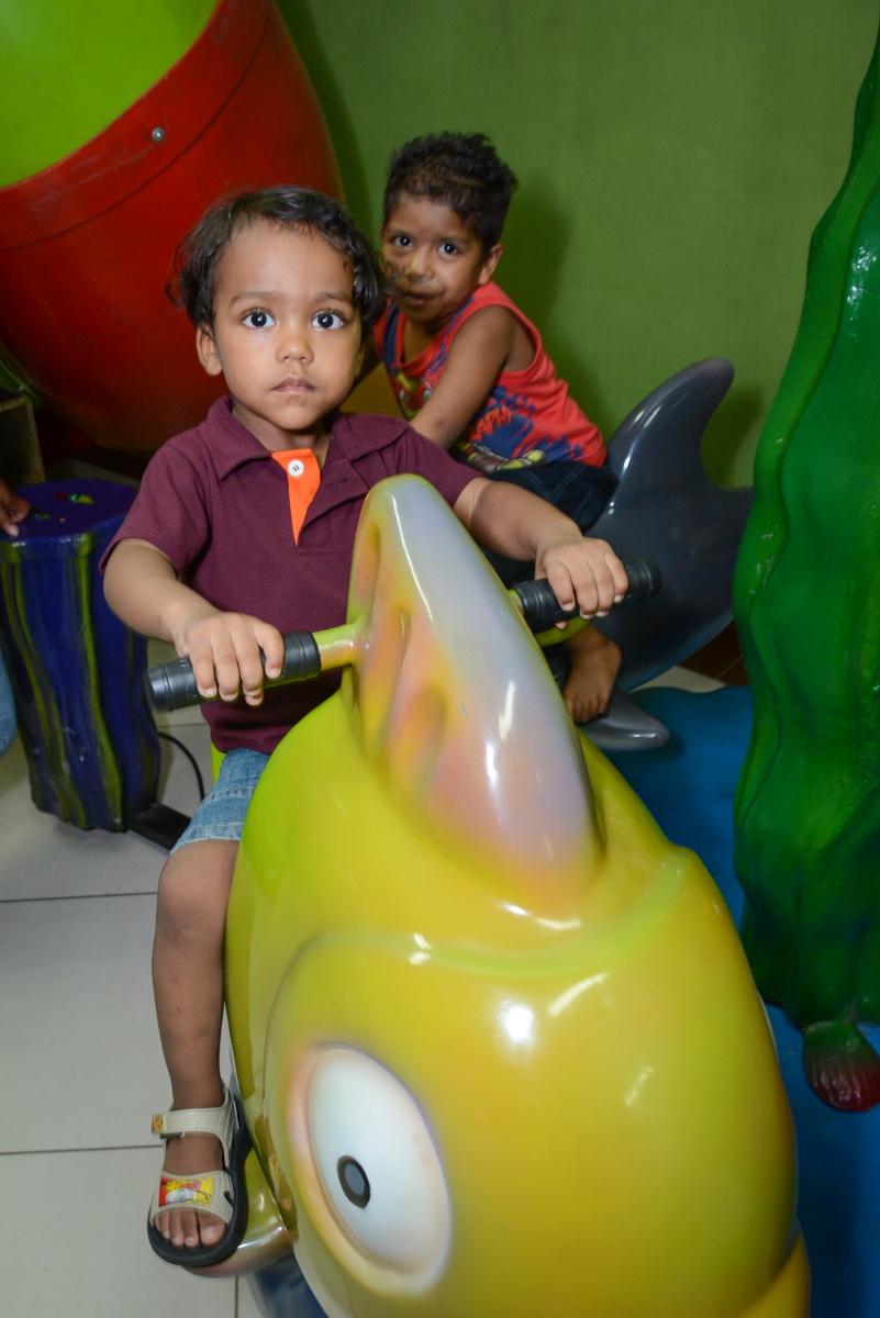 mais amiguinhos brincam no carrossel na Festa infantil, Ana Clara 2 aninhos, tema da festa Minie Vermelha, Buffet Balão Mágico, Osaco, SP