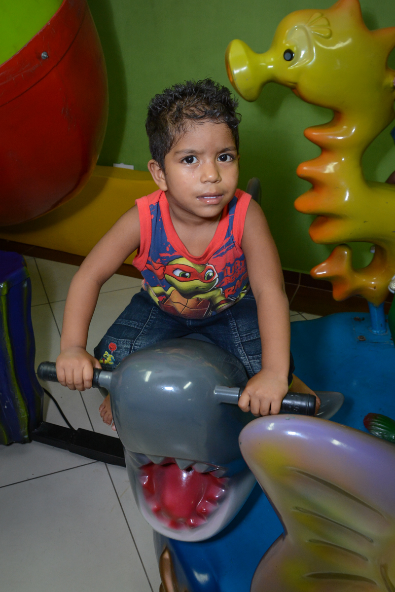 girando no carrossel sentado na baleia no Festa infantil, Ana Clara 2 aninhos, tema da festa Minie Vermelha, Buffet Balão Mágico, Osaco, SP