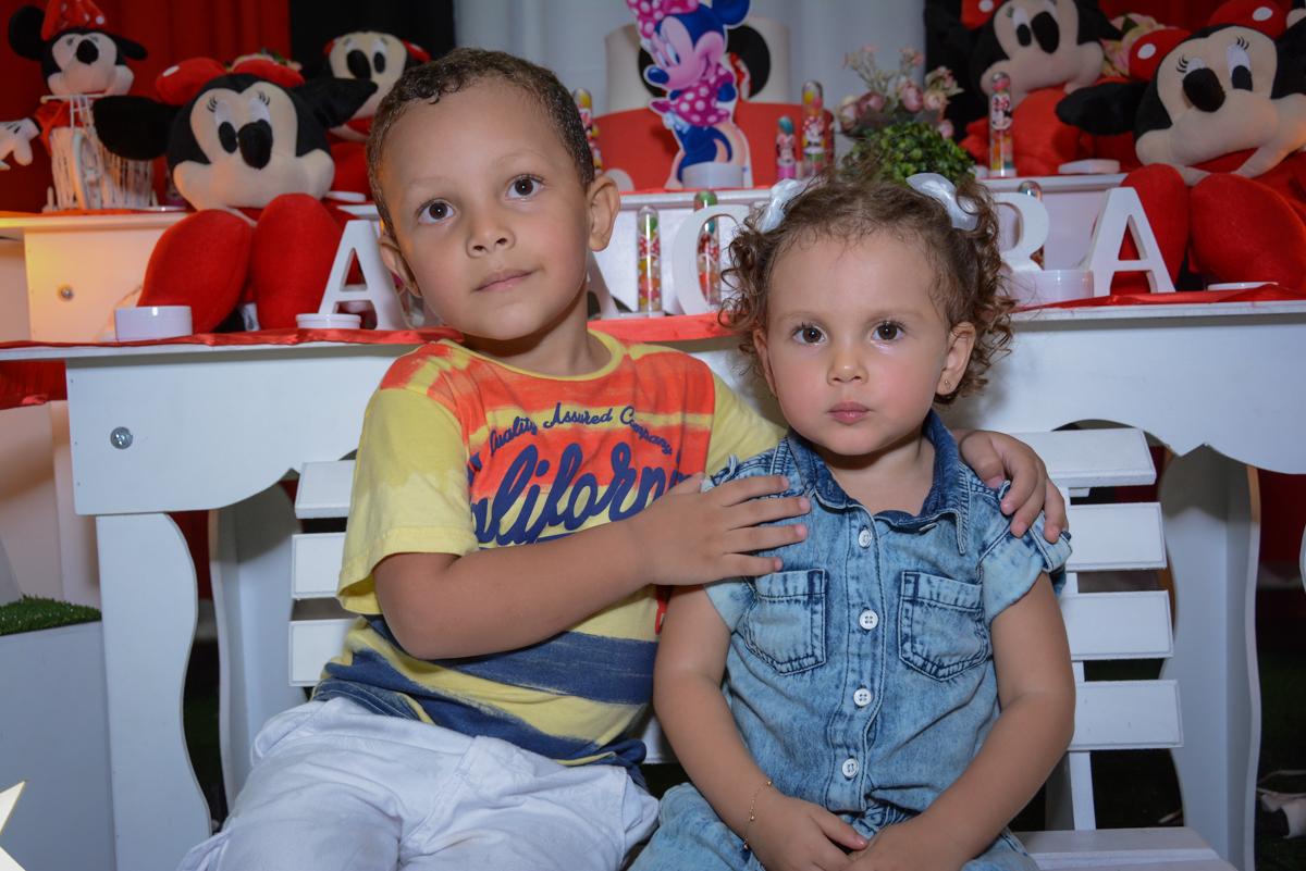 fotografia da aniversariante com o amigo em frente a mesa decorada na Festa infantil, Ana Clara 2 aninhos, tema da festa Minie Vermelha, Buffet Balão Mágico, Osaco, SP