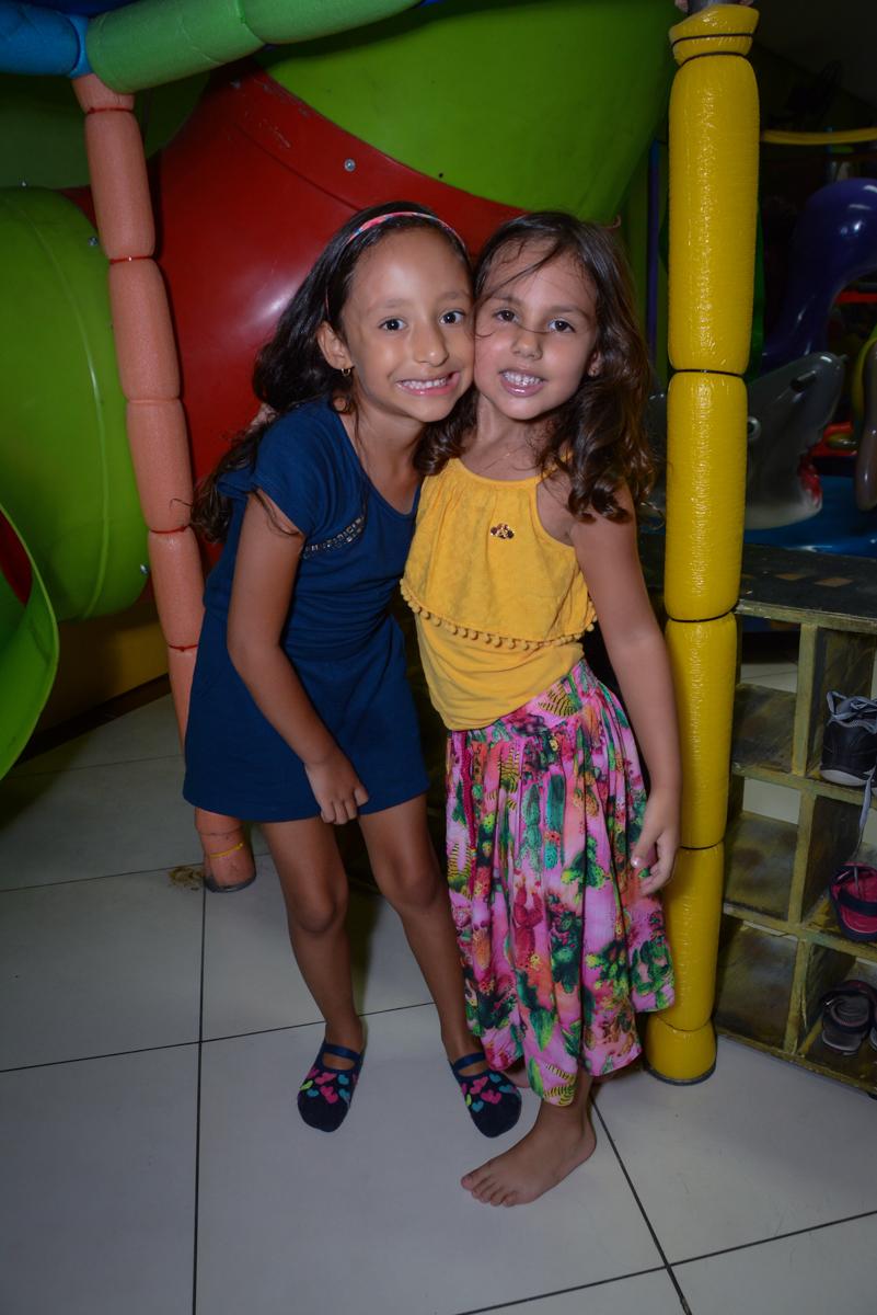amigas fazem pose para fotografia na Festa infantil, Ana Clara 2 aninhos, tema da festa Minie Vermelha, Buffet Balão Mágico, Osaco, SP