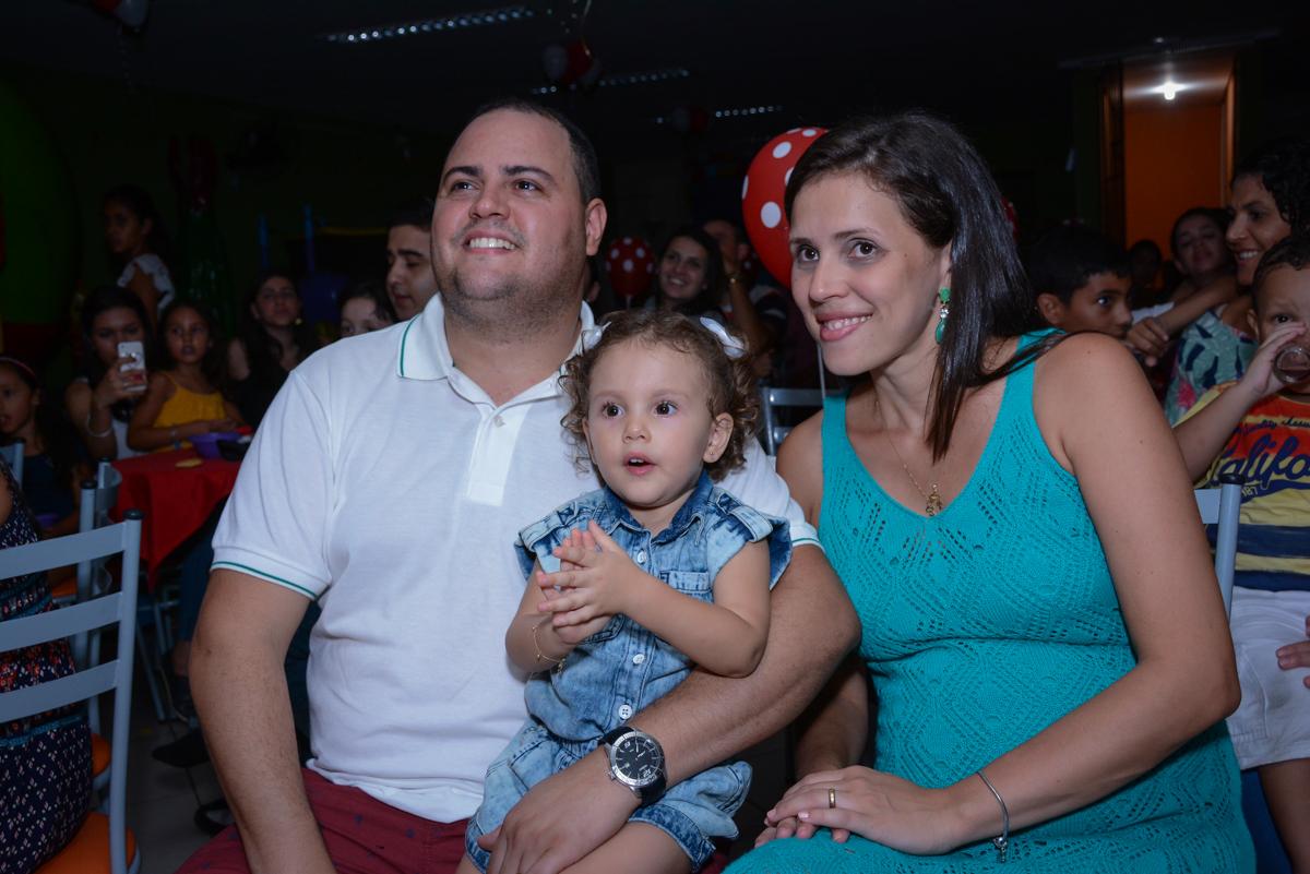 assistindo a retrospectiva na Festa infantil, Ana Clara 2 aninhos, tema da festa Minie Vermelha, Buffet Balão Mágico, Osaco, SP