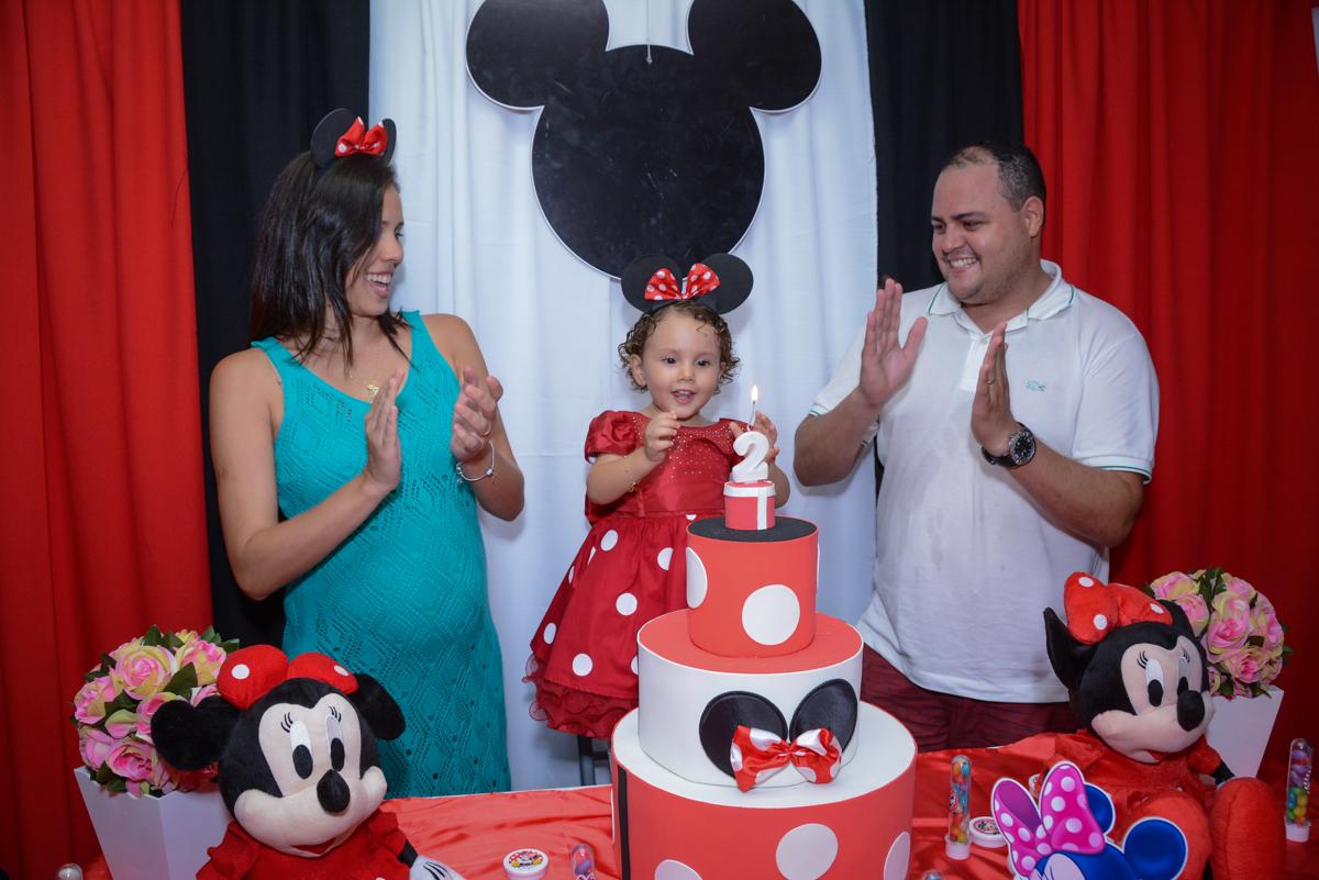 hora de cantar parabéns para a aniversariante na Festa infantil, Ana Clara 2 aninhos, tema da festa Minie Vermelha, Buffet Balão Mágico, Osaco, SP