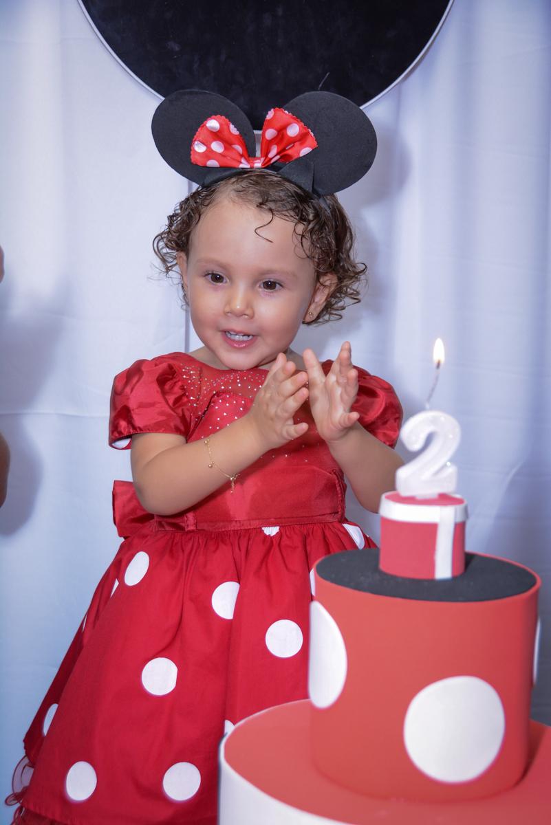 Muita alegria no parabéns da Ana Clara 2 aninhos na Festa infantil, Ana Clara 2 aninhos, tema da festa Minie Vermelha, Buffet Balão Mágico, Osaco, SP