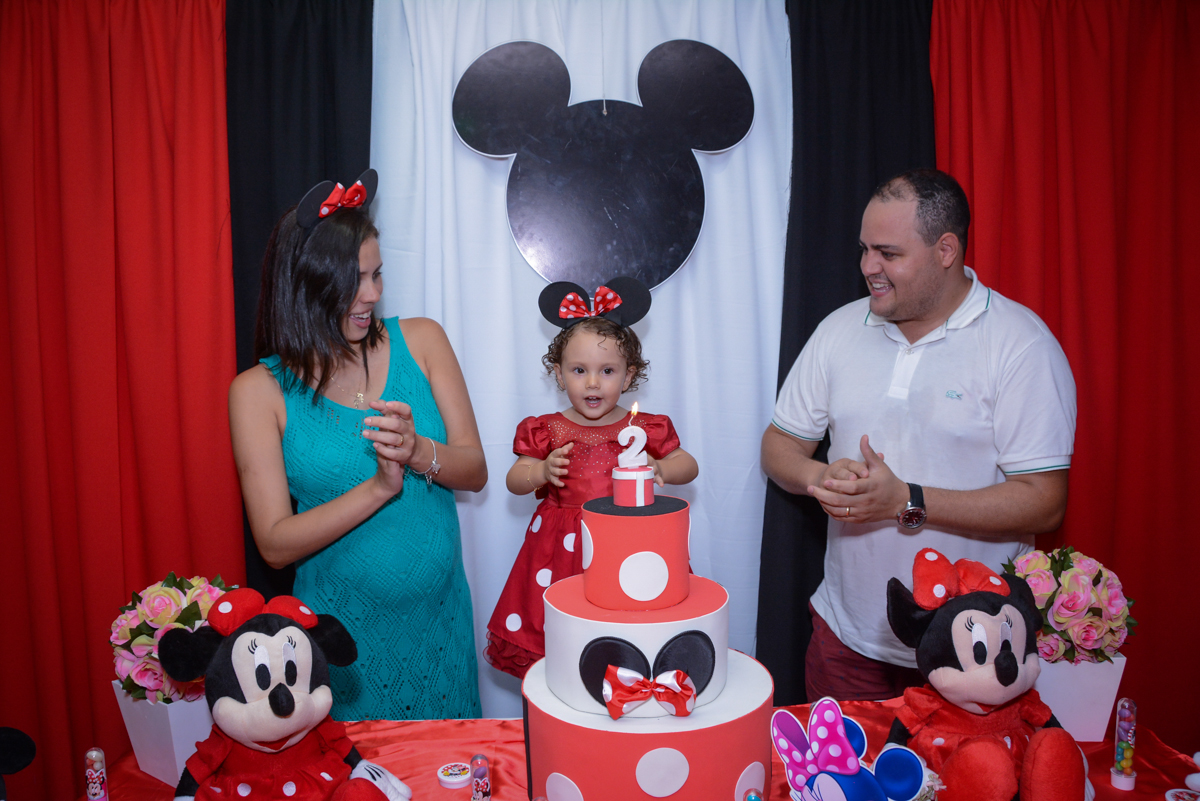 Aniversariante fica feliz na hora do parabéns na Festa infantil, Ana Clara 2 aninhos, tema da festa Minie Vermelha, Buffet Balão Mágico, Osaco, SP
