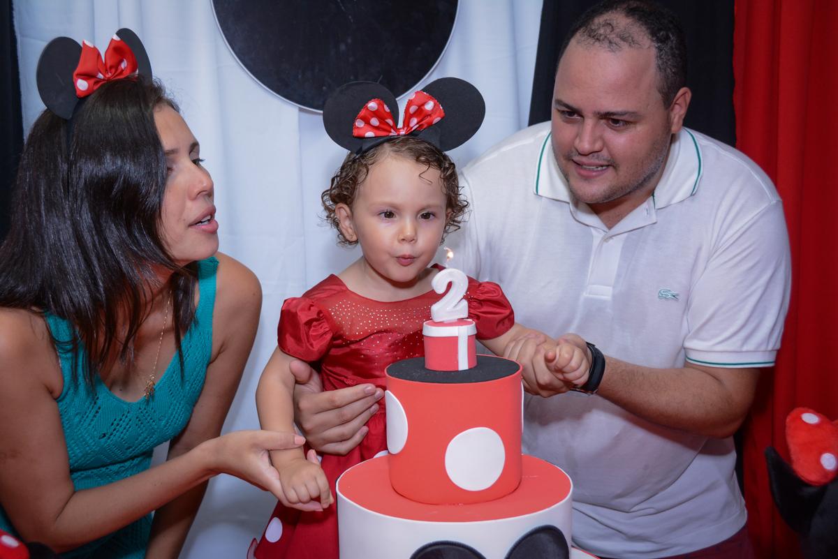 soprando a velinha do bolo na Festa infantil, Ana Clara 2 aninhos, tema da festa Minie Vermelha, Buffet Balão Mágico, Osaco, SP