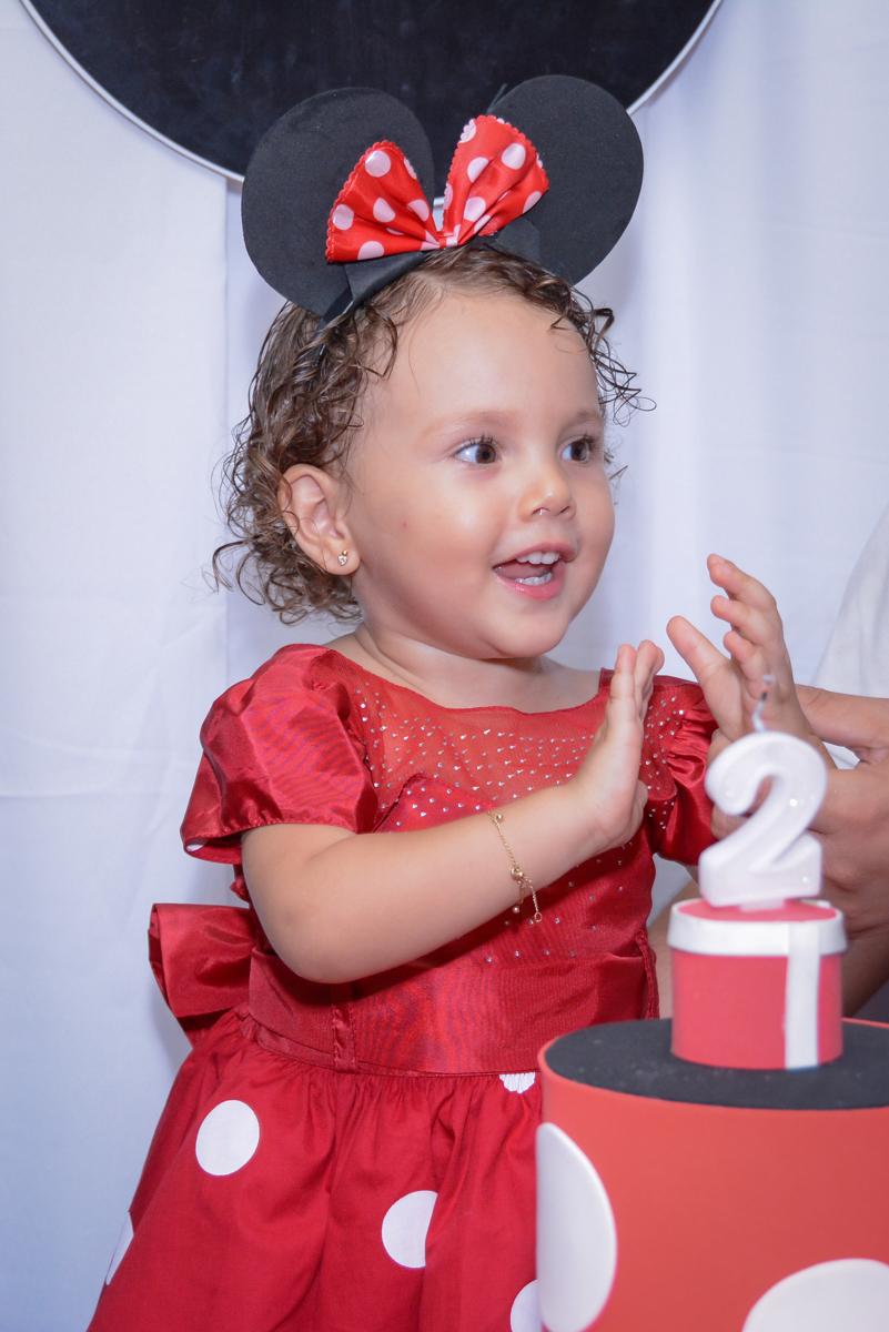 muitas palmas na hora do parabéns na Festa infantil, Ana Clara 2 aninhos, tema da festa Minie Vermelha, Buffet Balão Mágico, Osaco, SP