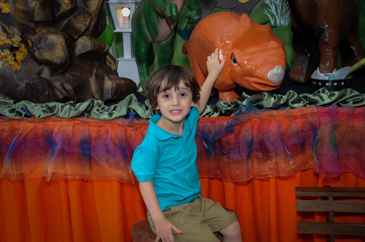 foto do aniversariante com o dinossauro no Buffet Planeta 2, Butantã, SP, festa infantil fotografia infantil, aniversário de Fabrício 4 anos tema da mesa dinossauros