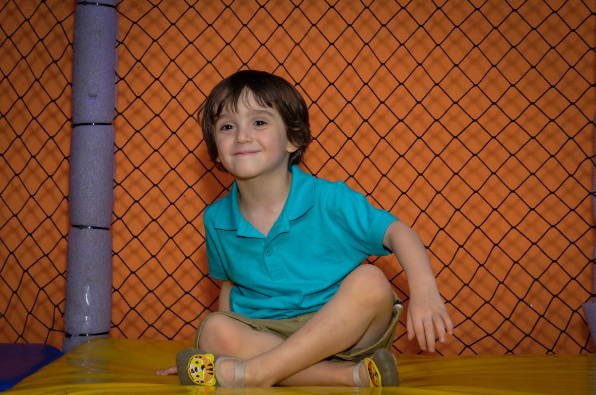 brincando no brinquedão no Buffet Planeta 2, Butantã, SP, festa infantil fotografia infantil, aniversário de Fabrício 4 anos tema da mesa dinossauros