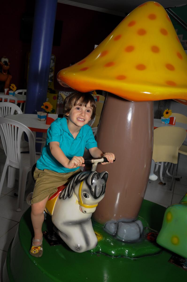 muito bom brincar no carrossel no Buffet Planeta 2, Butantã, SP, festa infantil fotografia infantil, aniversário de Fabrício 4 anos tema da mesa dinossauros