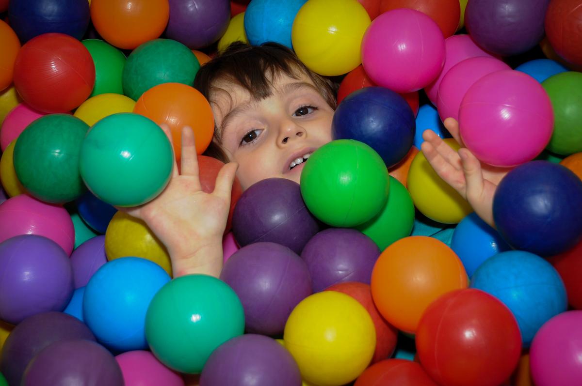 um mergulho na piscina de bolinha no Buffet Planeta 2, Butantã, SP, festa infantil fotografia infantil, aniversário de Fabrício 4 anos tema da mesa dinossauros