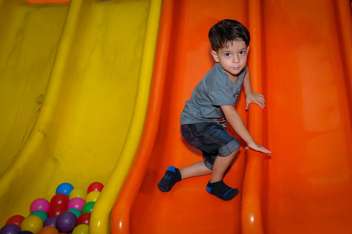 agora e vez de brincar no escorregador no Buffet Planeta 2, Butantã, SP, festa infantil fotografia infantil, aniversário de Fabrício 4 anos tema da mesa dinossauros