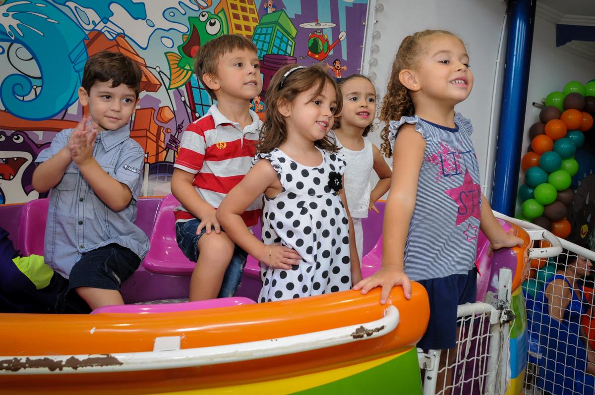 as crianças posam para foto no labamba no Buffet Planeta 2, Butantã, SP, festa infantil fotografia infantil, aniversário de Fabrício 4 anos tema da mesa dinossauros