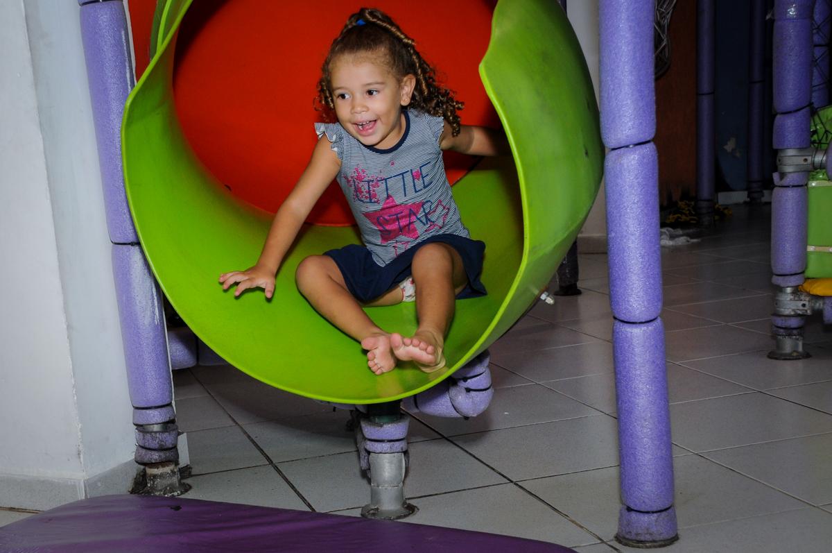o escorregador do brinquedão é muito legal no Buffet Planeta 2, Butantã, SP, festa infantil fotografia infantil, aniversário de Fabrício 4 anos tema da mesa dinossauros