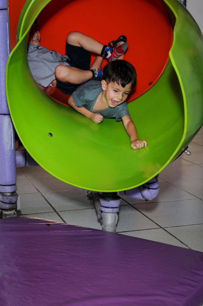mais brincadeira no escorregador do brinquedão no Buffet Planeta 2, Butantã, SP, festa infantil fotografia infantil, aniversário de Fabrício 4 anos tema da mesa dinossauros