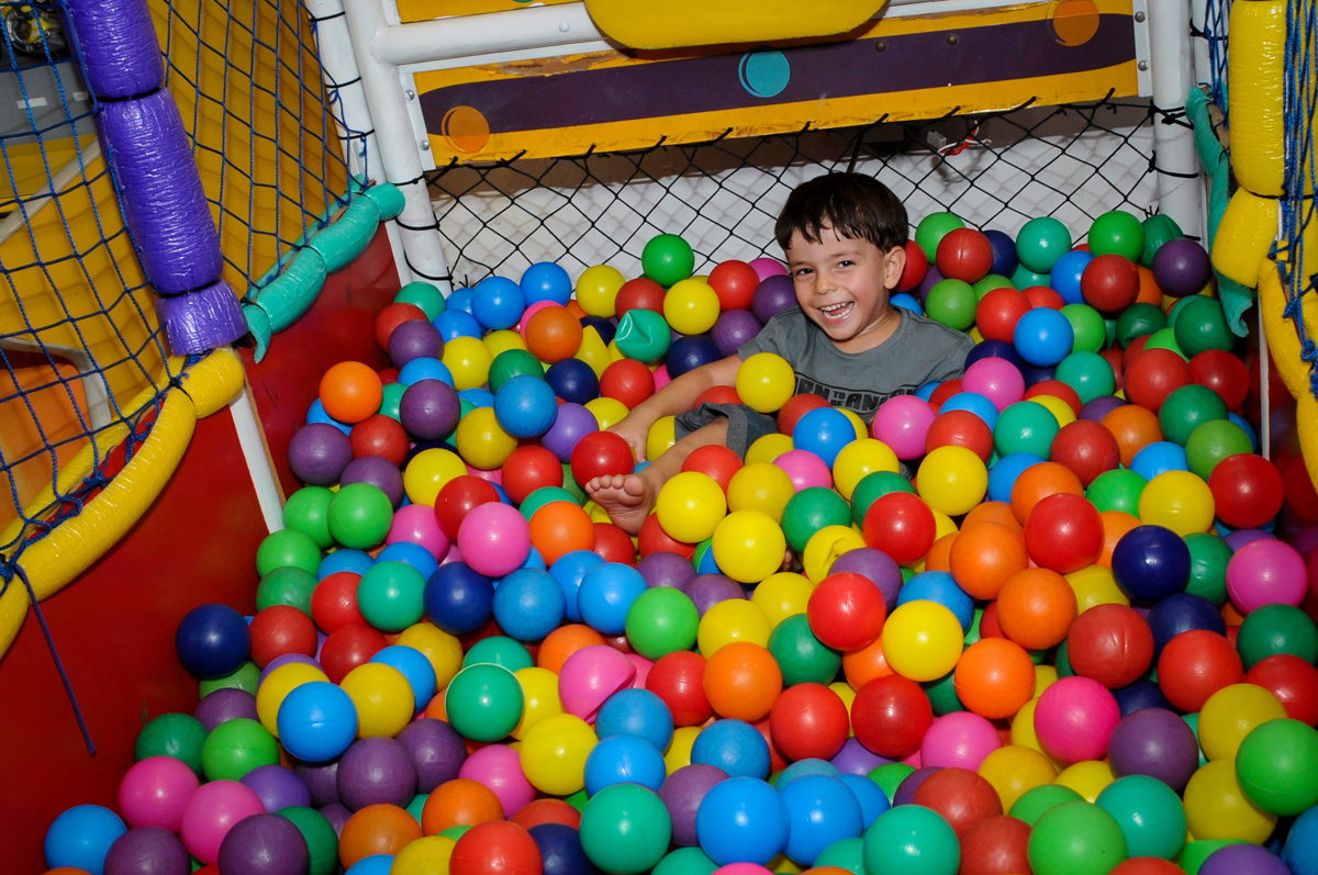 piscina de bolinha também é o brinquedo preferido no Buffet Planeta 2, Butantã, SP, festa infantil fotografia infantil, aniversário de Fabrício 4 anos tema da mesa dinossauros