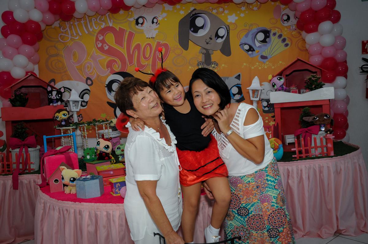 foto da aniversariante sua mãe e sua vó no Buffet Fábrica da Alegria,festa infantil, aniversário infantil, fotografia infantil,aniversariante Karina 6 anos tema da festa Pet