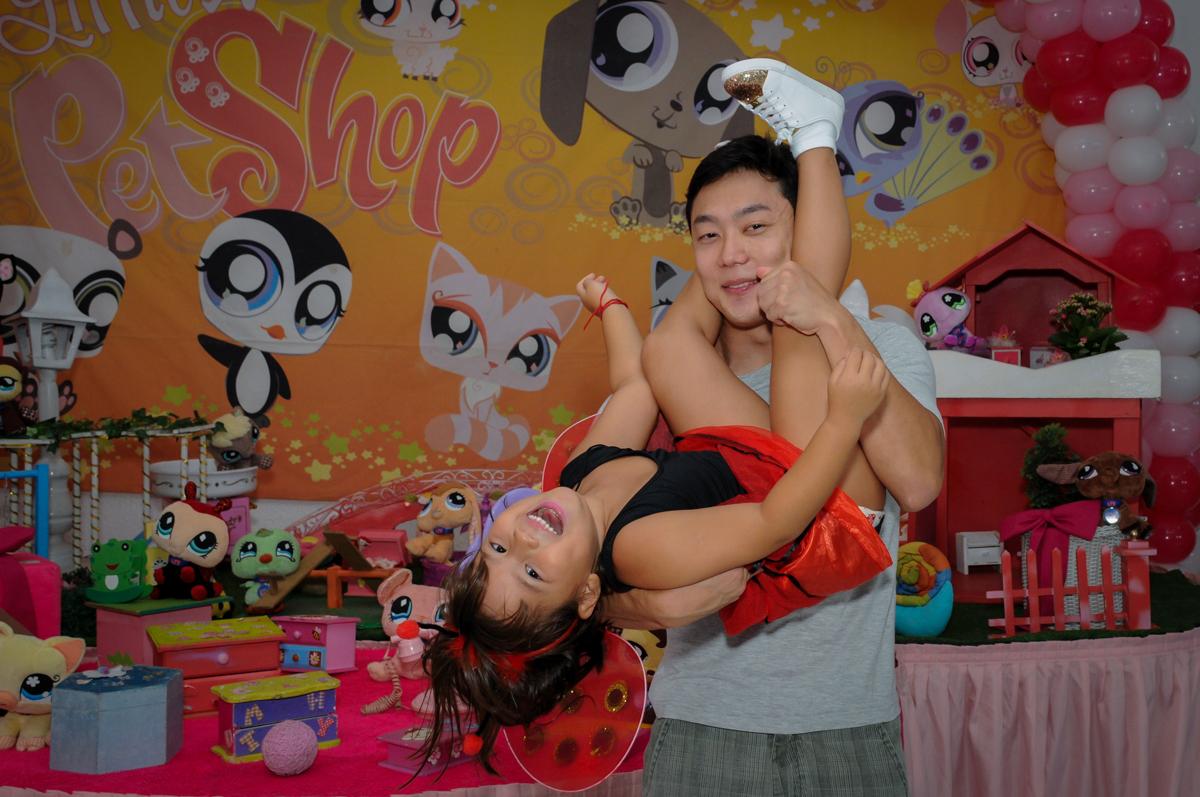 O tio da aniversariante faz a foto com ela no colo no Buffet Fábrica da Alegria,festa infantil, aniversário infantil, fotografia infantil,aniversariante Karina 6 anos tema da festa Pet