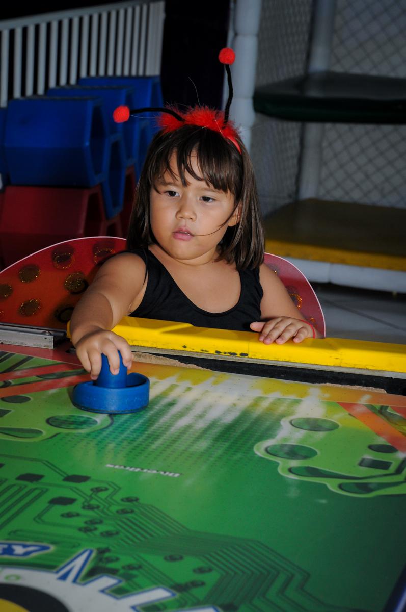 A aniversariante brinca com o jogo de disco no Buffet Fábrica da Alegria,festa infantil, aniversário infantil, fotografia infantil,aniversariante Karina 6 anos tema da festa Pet