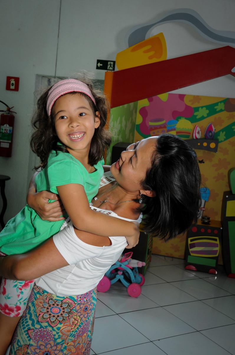 A mãe da aniversariante recebe a convidada com muita alegria no Buffet Fábrica da Alegria,festa infantil, aniversário infantil, fotografia infantil,aniversariante Karina 6 anos tema da festa Pet