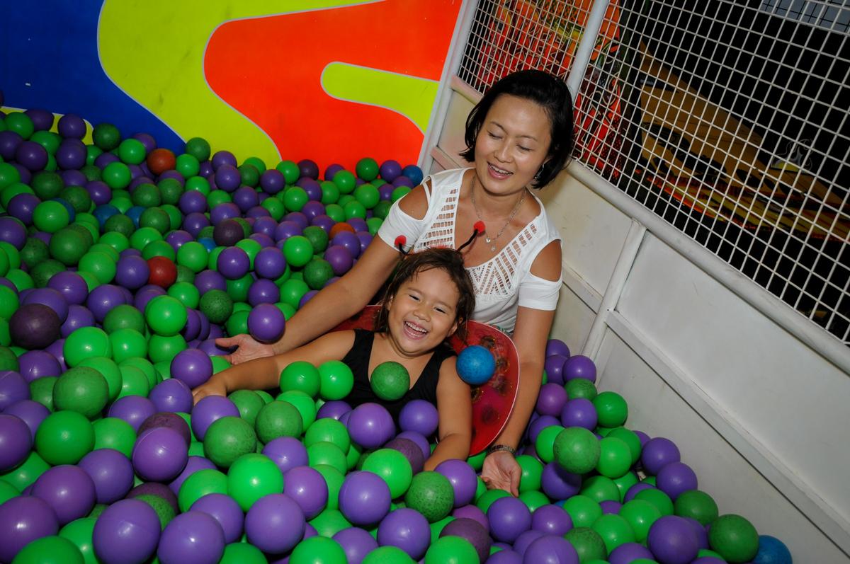 mãe e filha brincam na piscina de bolinha no Buffet Fábrica da Alegria,festa infantil, aniversário infantil, fotografia infantil,aniversariante Karina 6 anos tema da festa Pet