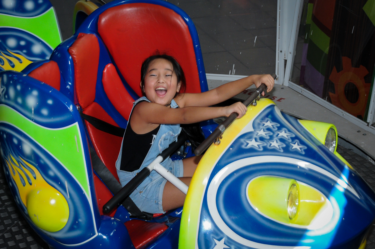 emoção no brinquedo jornadas nas estrelas no Buffet Fábrica da Alegria,festa infantil, aniversário infantil, fotografia infantil,aniversariante Karina 6 anos tema da festa Pet