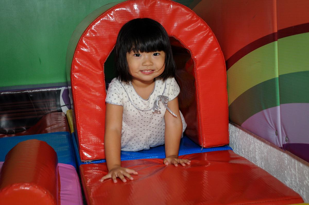 A amiguinha brinca na área baby no Buffet Fábrica da Alegria,festa infantil, aniversário infantil, fotografia infantil,aniversariante Karina 6 anos tema da festa Pet