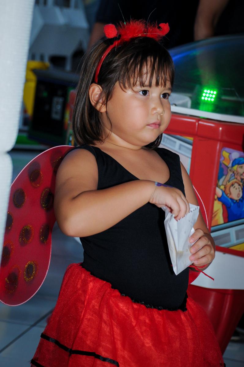 comendo pipoca no Buffet Fábrica da Alegria,festa infantil, aniversário infantil, fotografia infantil,aniversariante Karina 6 anos tema da festa Pet