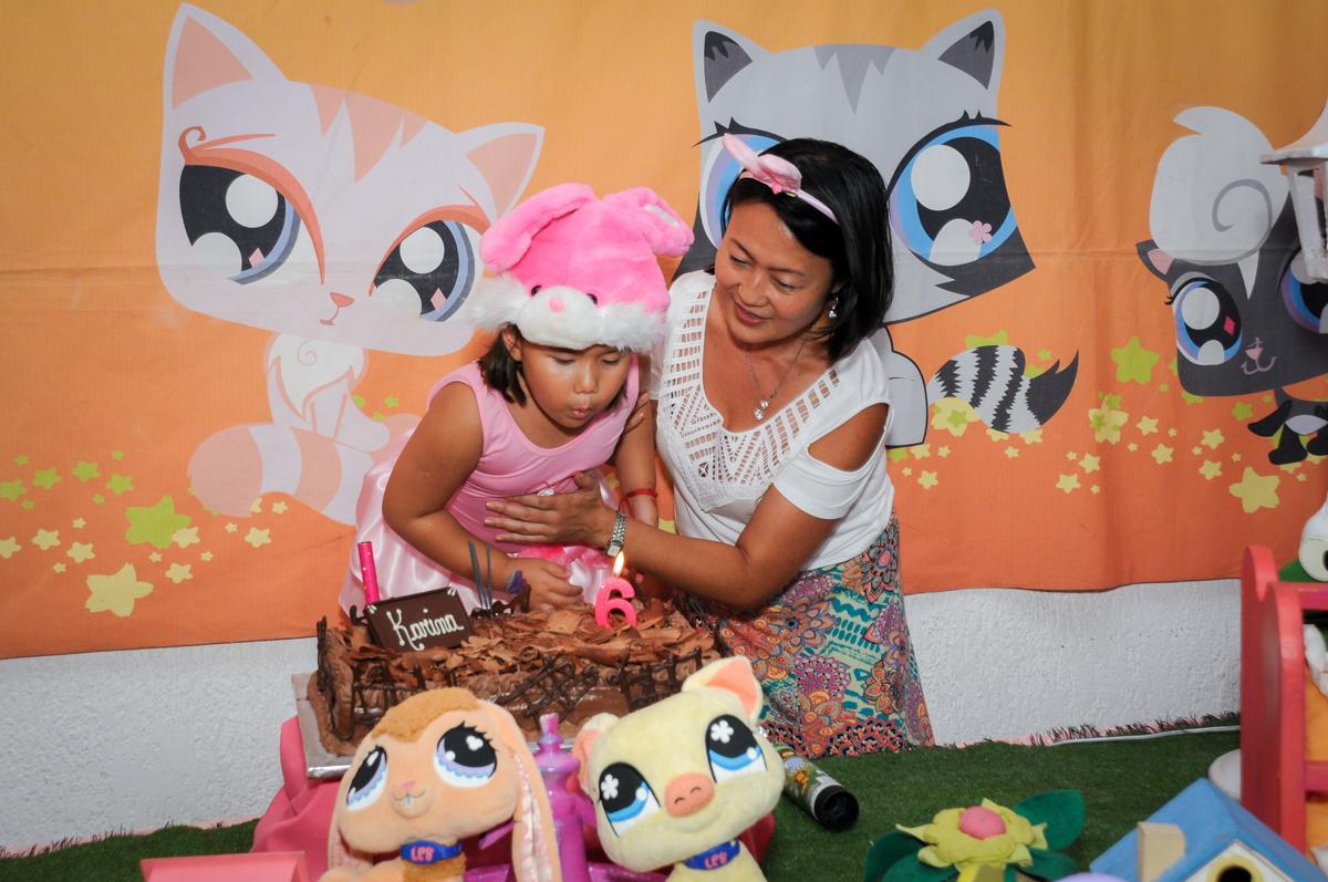 assoprando a velina do bolo no Buffet Fábrica da Alegria,festa infantil, aniversário infantil, fotografia infantil,aniversariante Karina 6 anos tema da festa Pet