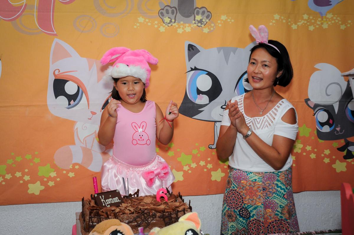 alegria no parabéns no Buffet Fábrica da Alegria,festa infantil, aniversário infantil, fotografia infantil,aniversariante Karina 6 anos tema da festa Pet