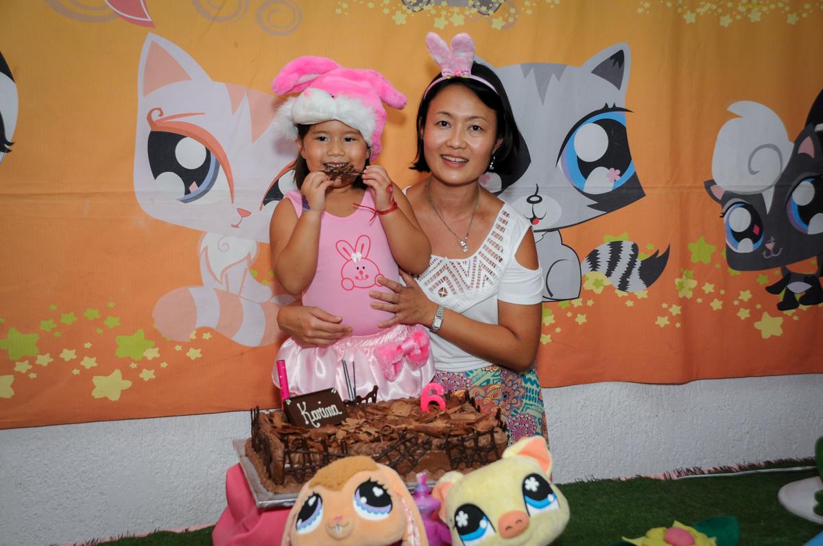 comendo chocolate do bolo no Buffet Fábrica da Alegria,festa infantil, aniversário infantil, fotografia infantil,aniversariante Karina 6 anos tema da festa Pet