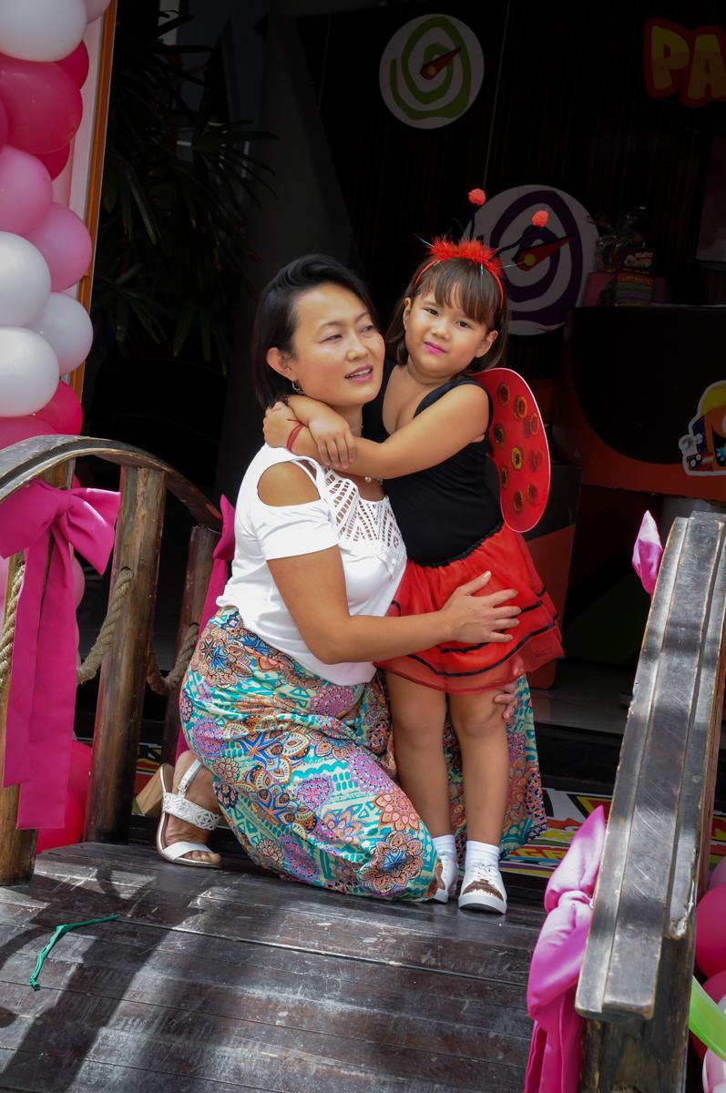 fotografia mãe e filha no Buffet Fábrica da Alegria,festa infantil, aniversário infantil, fotografia infantil,aniversariante Karina 6 anos tema da festa Pet