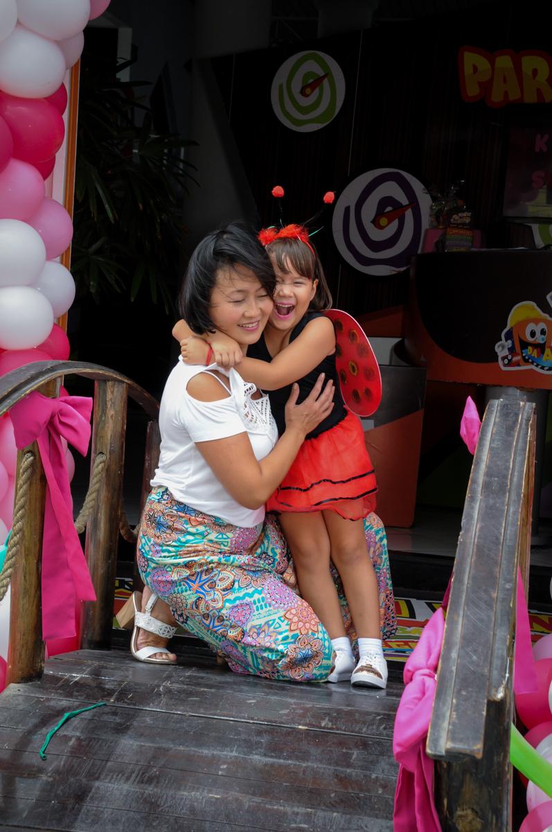 fotografia no arco de bexigas no Buffet Fábrica da Alegria,festa infantil, aniversário infantil, fotografia infantil,aniversariante Karina 6 anos tema da festa Pet