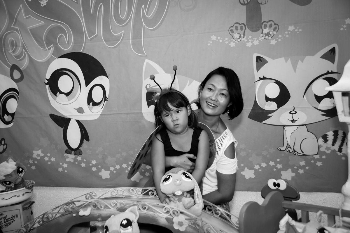 fotografia da aniversariante na mesa decorada no Buffet Fábrica da Alegria,festa infantil, aniversário infantil, fotografia infantil,aniversariante Karina 6 anos tema da festa Pet