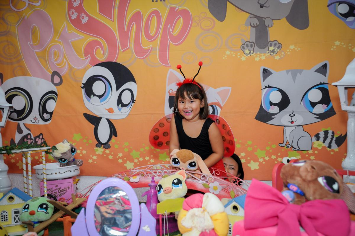 aniversariante animada para fazer a foto no Buffet Fábrica da Alegria,festa infantil, aniversário infantil, fotografia infantil,aniversariante Karina 6 anos tema da festa Pet