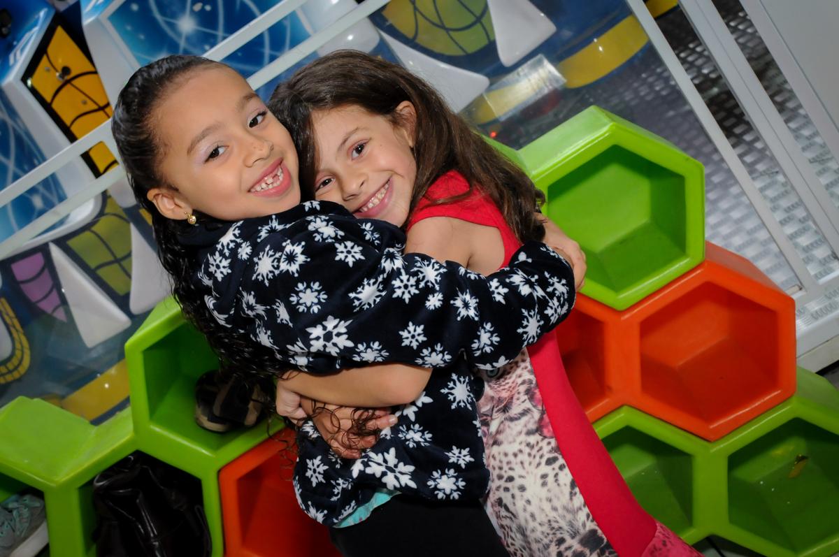 abraço gostoso na convidada no Festa infantil, Buffet Fábrica da Alegria, aniversário de Laínia 7 anos, tema da festa Monster High